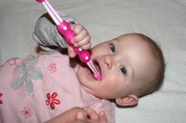 Zähne putzen mit der MAM Training Brush
