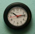 schwarze Uhr mit Ziffern