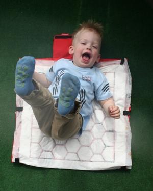 Kleinkind wickeln auf dem Boden