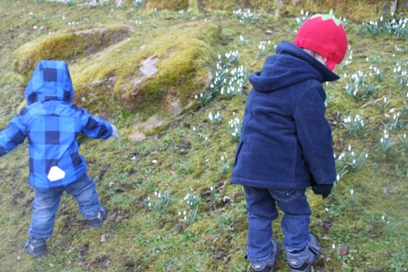 Kinder am gefrorenen Berg