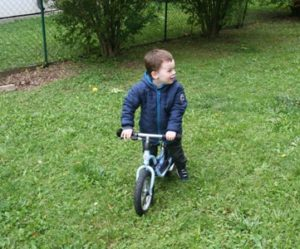 Kind im Garten