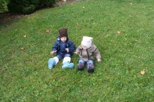 Junge und Mädchen im Garten
