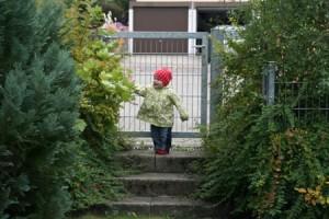 Kleinkind auf einer Treppe