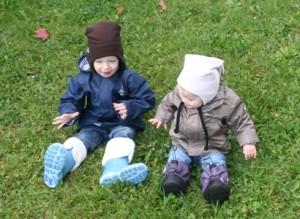 Kinder mit Zipfelmützen und Winterschuhen
