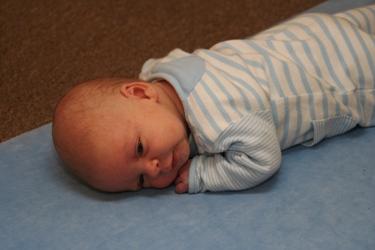 Baby liegt auf dem Bauch