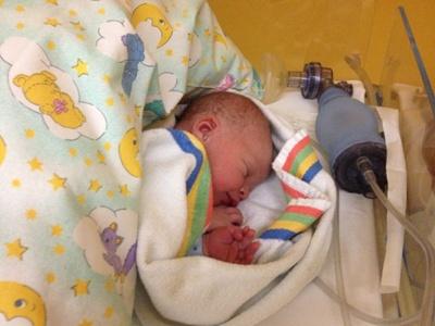Neugeborenes unter einem Kissen