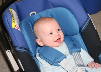 Babyschale im Flugzeug