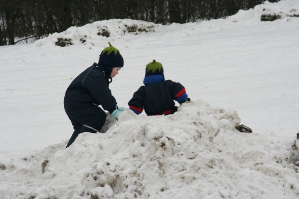 Spielen mit Schneehaufen