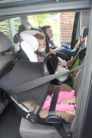 drei Kindersitze nebeneinander
