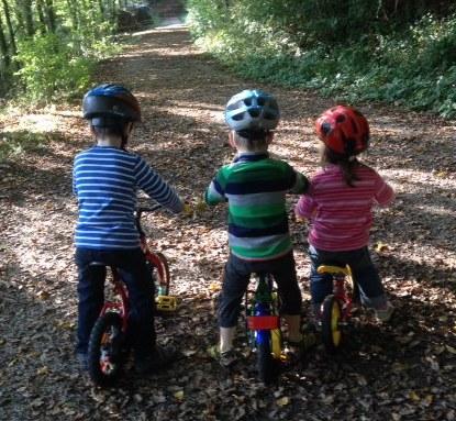 Zwei Fahrräder und ein Laufrad