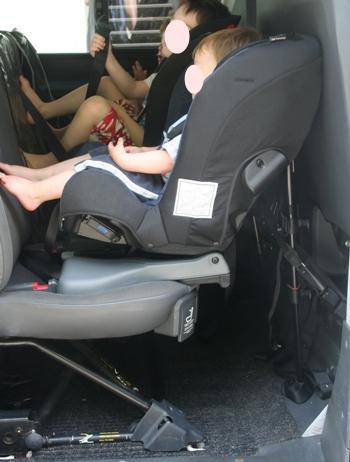 Rekid im Auto mit Zwerg