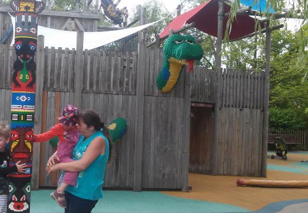 Indianer und Drachen auf dem Spielplatz
