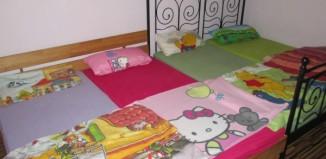 Bettenlandschaft mit Kinderdecken