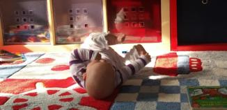 Baby spielt mit seinen Füßchen