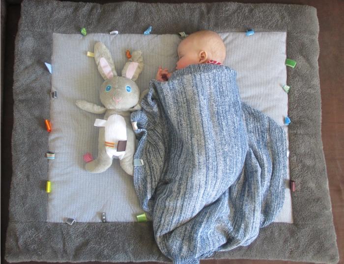 Baby auf der Spieldecke