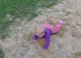 Babys erste Krabbelversuche