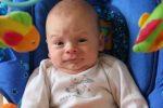 Baby schaut eigenartig
